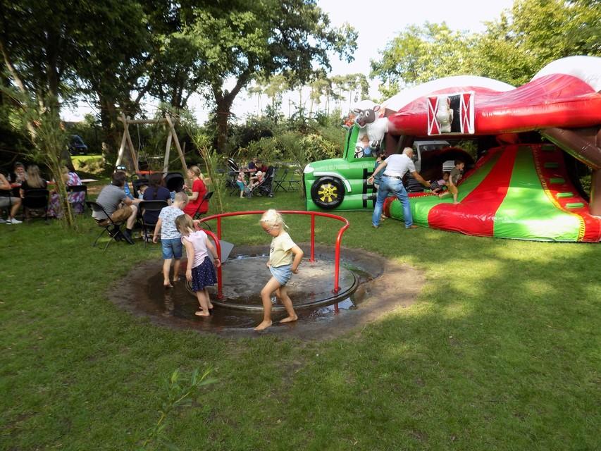 Kinderen genieten van de nieuwe speeltuin en springkastelen aan het kasteel in Wechelderzande.