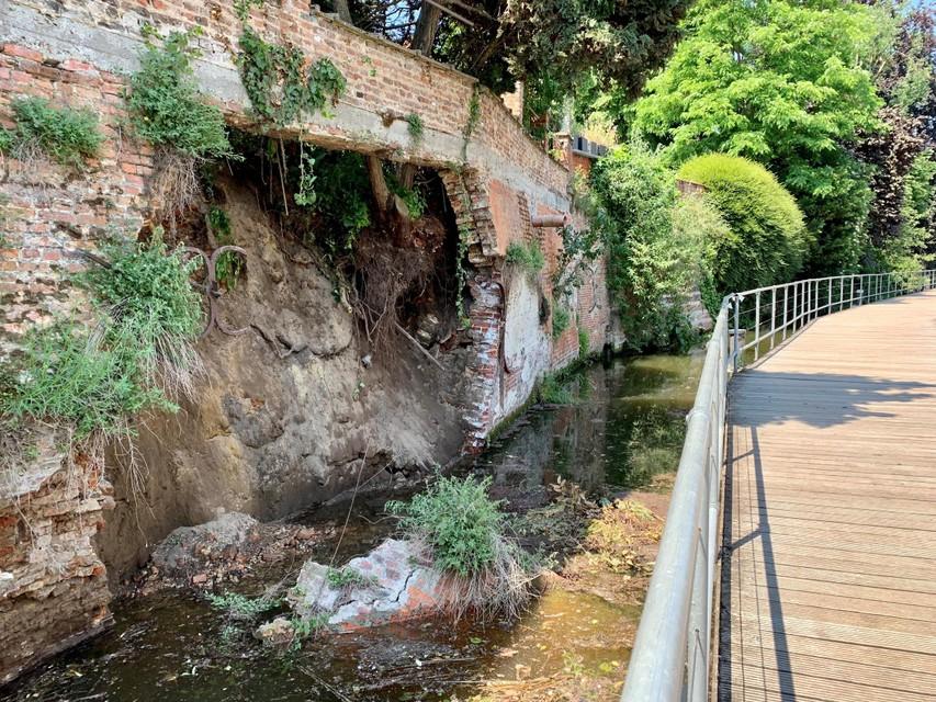 Er kwamen ook brokstukken in de rivier terecht.