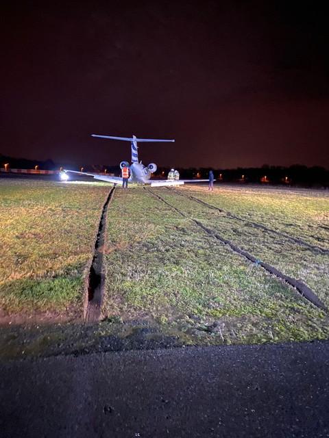Het toestel trok een diep spoor in het gras achter de landingsbaan.