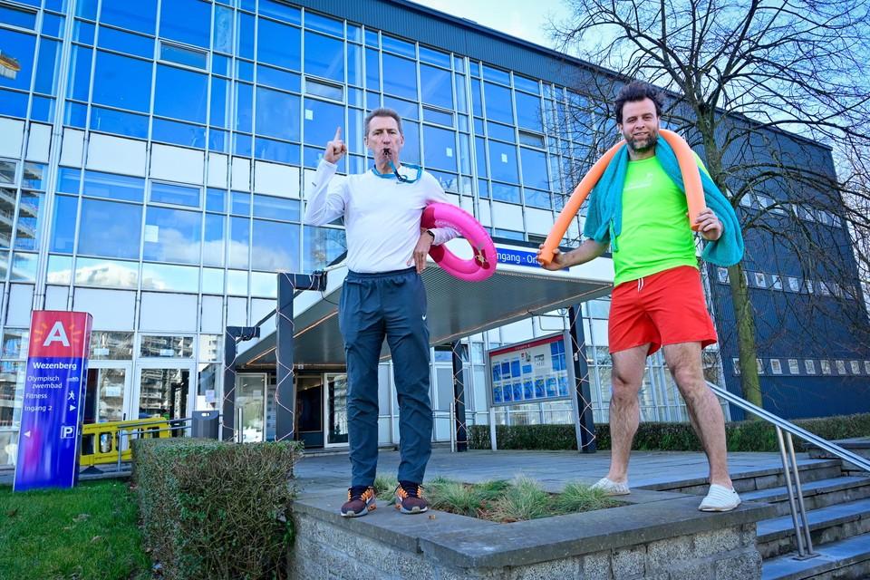 Ben Rottiers en Kristof Vissers (beiden PVDA) voerden gisteren actie aan zwembad Wezenberg tegen de aanpassing van de tarieven.