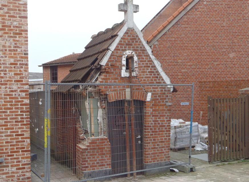 Het eeuwenoud kapelletje werd drie jaar geleden vernield door een onstuimige vrachtwagenchauffeur.