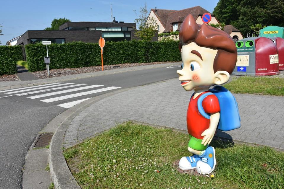 Op het kruispunt van de Grootheide en de Brandheide staat al het fel gekleurde beeld van Tom, een jongetje dat aandacht vraagt van de weggebruiker.