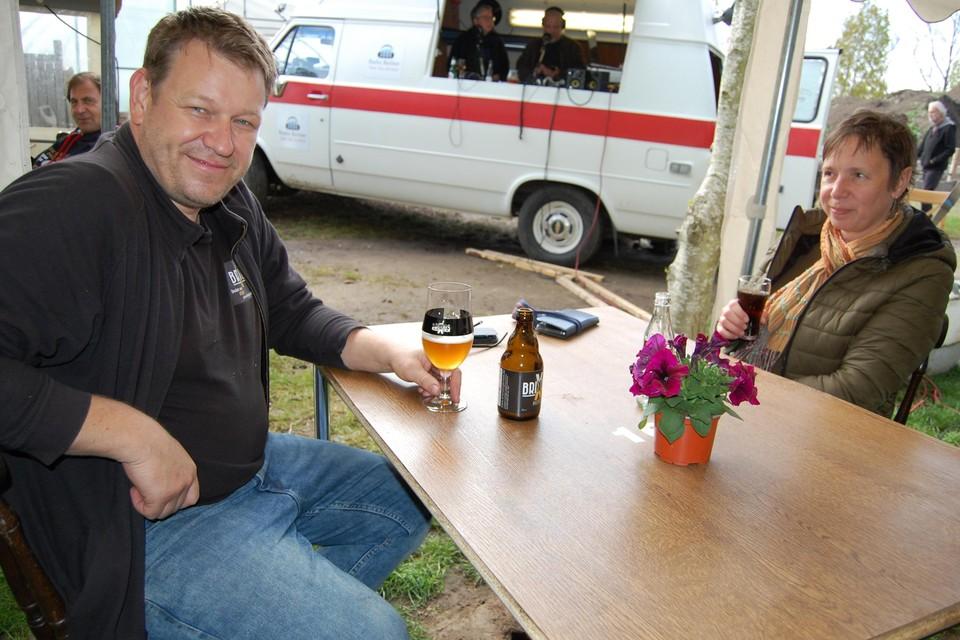 Daniel kan opnieuw een eigen biertje nuttigen op een Kruibeeks terras met Radio Barbier op de achtergrond.