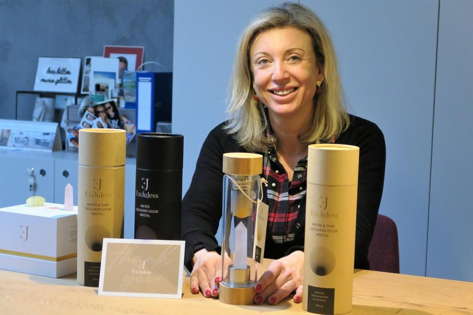 In haar nieuwe webshop ExcluJess verkoopt Jessy Dieudonné onder meer luxe geurkaarsen en door kristallen gezuiverd water.