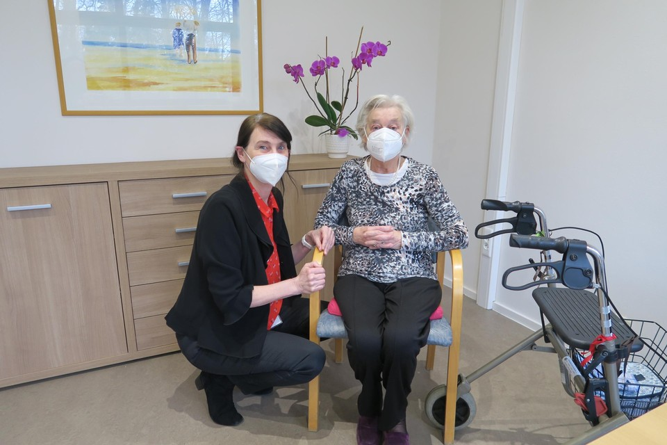 Félicité-directeur Betty Kimpen en Simonne Dubuisson (90), één van de maandag gevaccineerde bewoners.