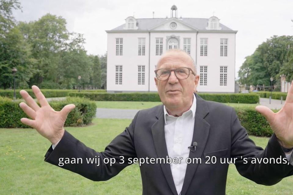 Presentator Kurt Van Eeghem toont in een promofilmpje waar het concert doorgaat: voor Kasteel Sorghvliedt in het gelijknamige park.