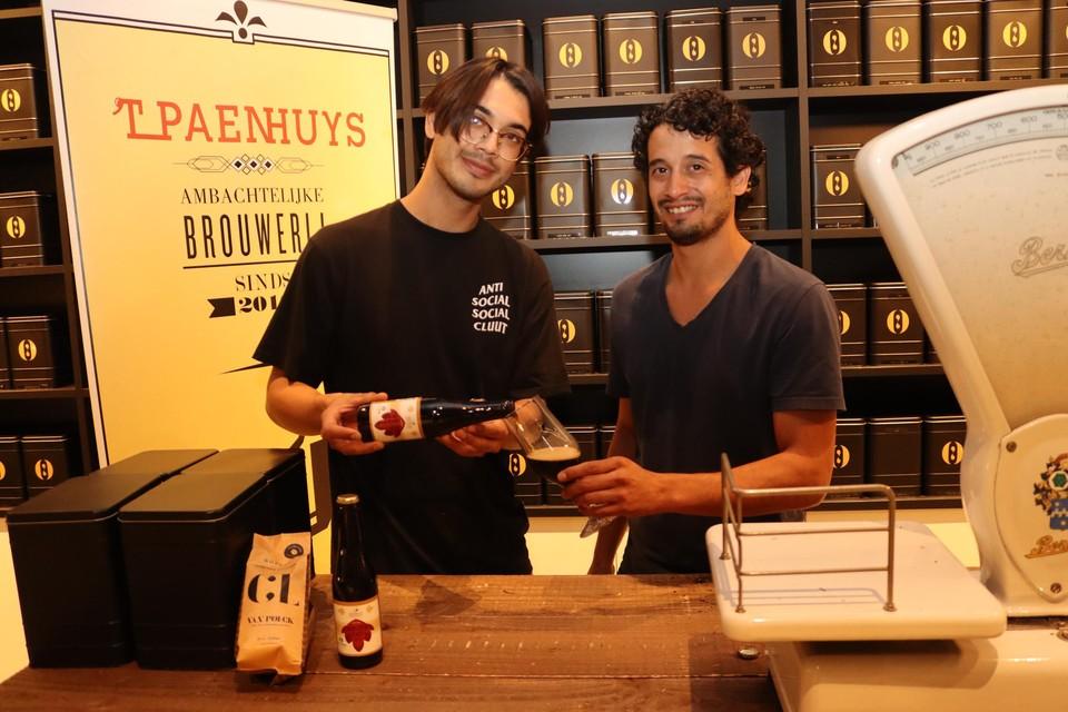 Dave van Brunschot (rechts) en Ischa van Nieulande brouwden een bier met koffiesmaak van Van Poeck.