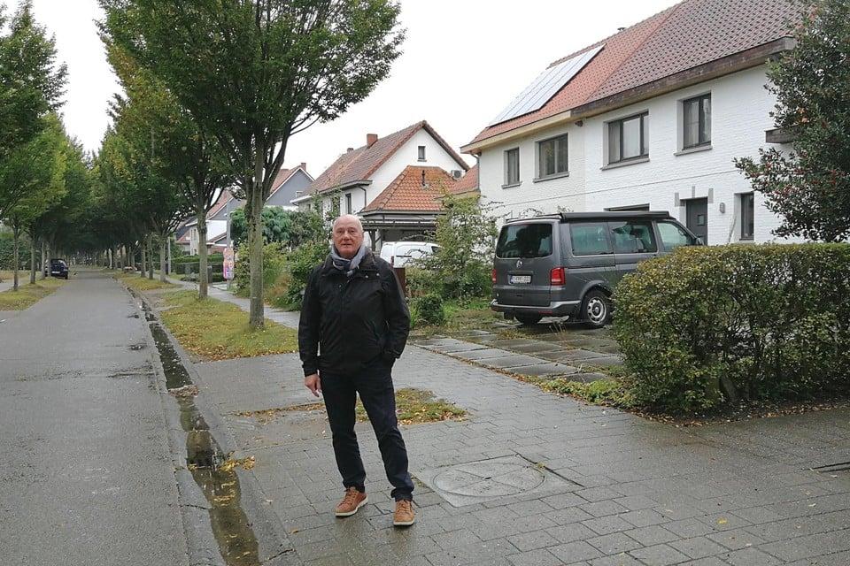 Kris Van Elsen poseert voor het huis (vooraan rechts) in de Beukenlaan waar hij in 1951 als éénjarige peuter met zijn familie kwam wonen, met rechts een van de vermaarde verbindingspaadjes tussen de straten.