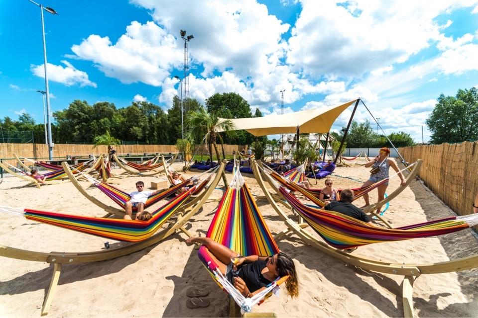 Na zijn avonturenpark bouwt Marc Coucke een tijdelijk vakantiedorp in Durbuy, waar bezoekers de sfeer van Tomorrowland kunnen herbeleven.