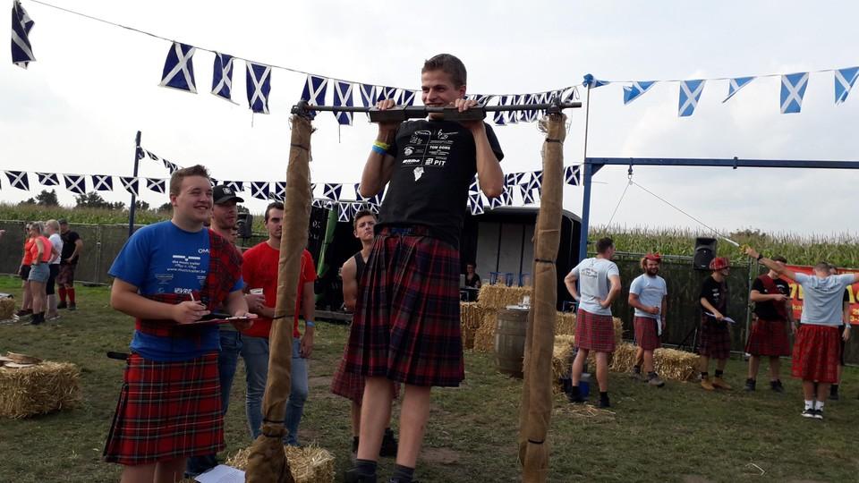 Sterke mannen in Schotse rokken op Highlandgames.