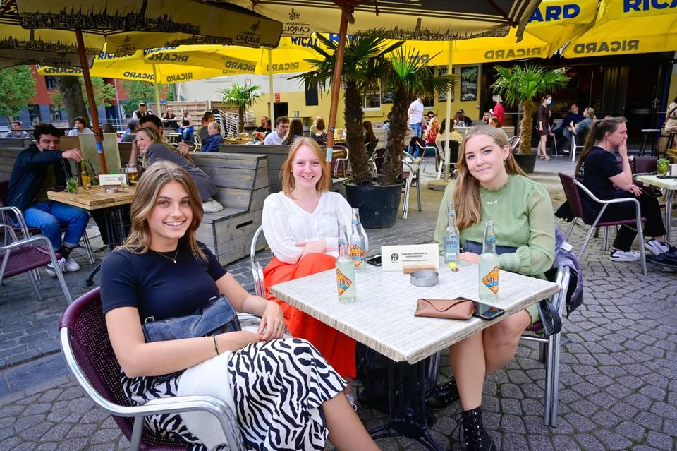 Sam (20), Febe (21), Celeste (21) en Céline (21) hebben elkaar gemist. Het terrasje was meer dan welkom.
