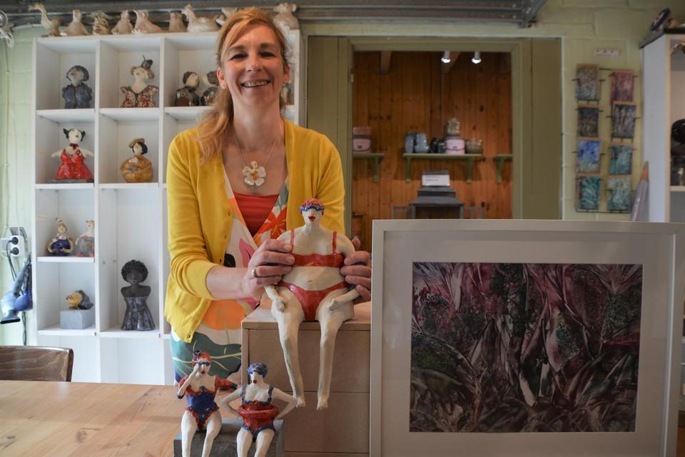 Veronique Van Asch met haar grappige zwemfiguurtjes, rechts een schilderij met bijenwas.