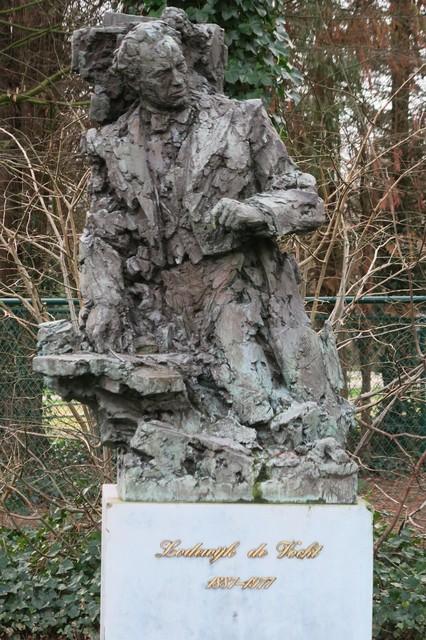 Het beeld van Lodewijk De Vocht, in 1990 gemaakt door Wilfried Pas.