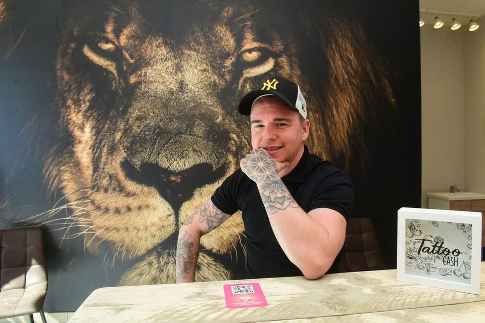Wim Somers in zijn tatoeageshop The Inkspot, die op 26 april opent.