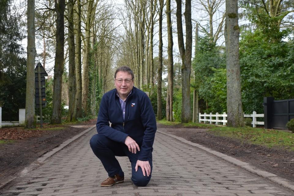 Bewoner Dirk Janssens op de unieke klinkers die door de monniken van Westmalle gemaakt werden, tussen de nu kale kruinen van de paardenkastanjes die de Mostheuvellaan haar uniek karakter geven.