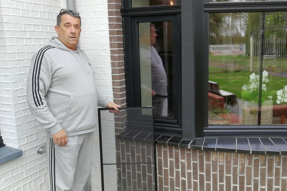 Diego Hens en zijn vrouw Godelieve Sas werden maandag rond 4u wakker toen inbrekers het raam openbraken en het vliegenscherm verwijderden.