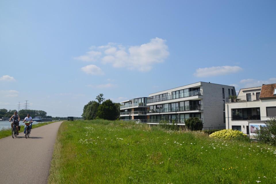 In buurdorp Massenhoven werden recent ook veel appartementen met zicht op het Albertkanaal gebouwd.