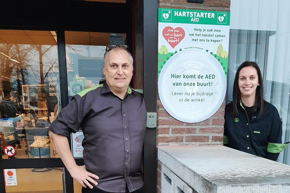 Zaakvoerders Ivo en dochter Eveline Van Roy tonen waar volgende maand een AED-toestel geplaatst wordt.