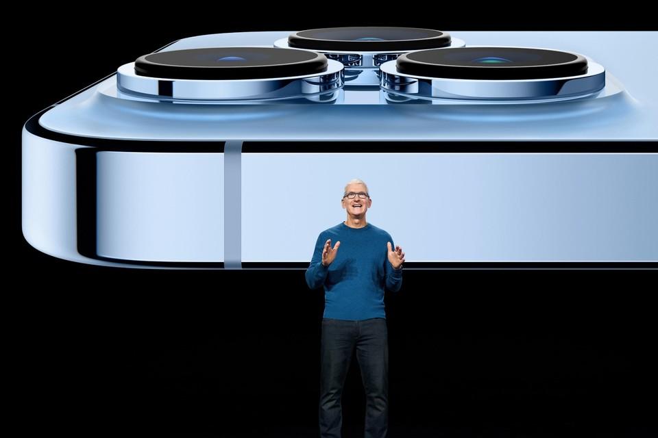 Apple-CEO Tim Cook presenteert de iPhone 13 Pro, een duurder model met een extra camera.