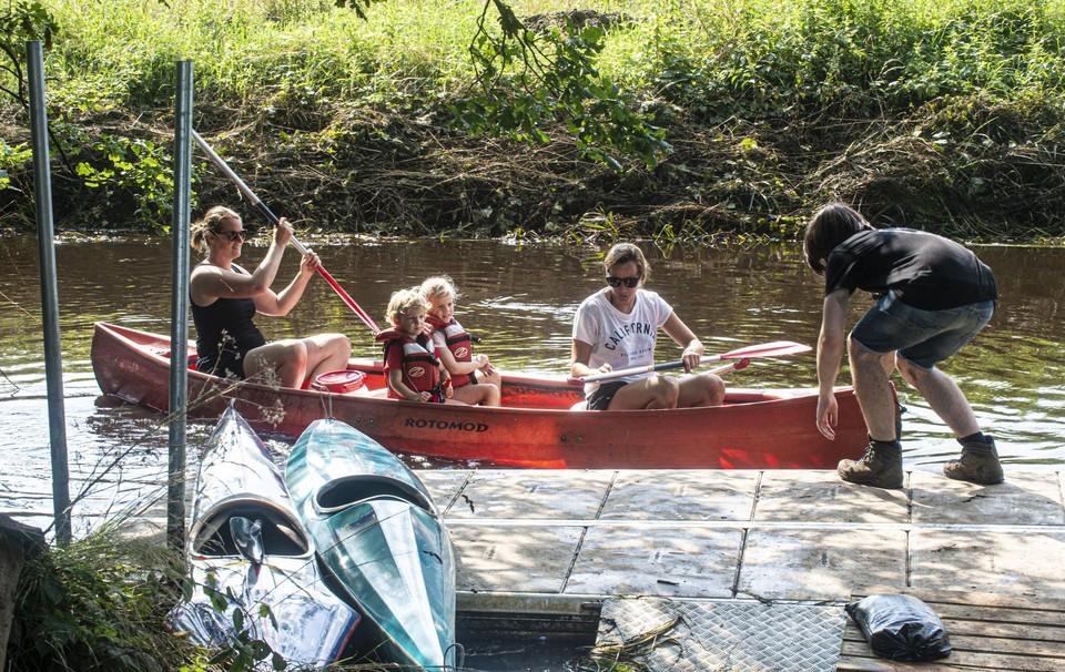 Ellen en Marileen meren met de kinderen Mila en Leon aan bij de steiger van de Ark van Noë.