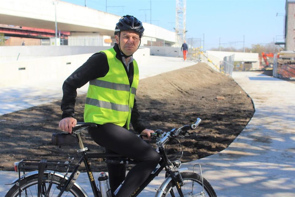 Luc Van Espen van de Fietsersbond in een van de haarspeldbochten van de nieuwe fietspuzzel.