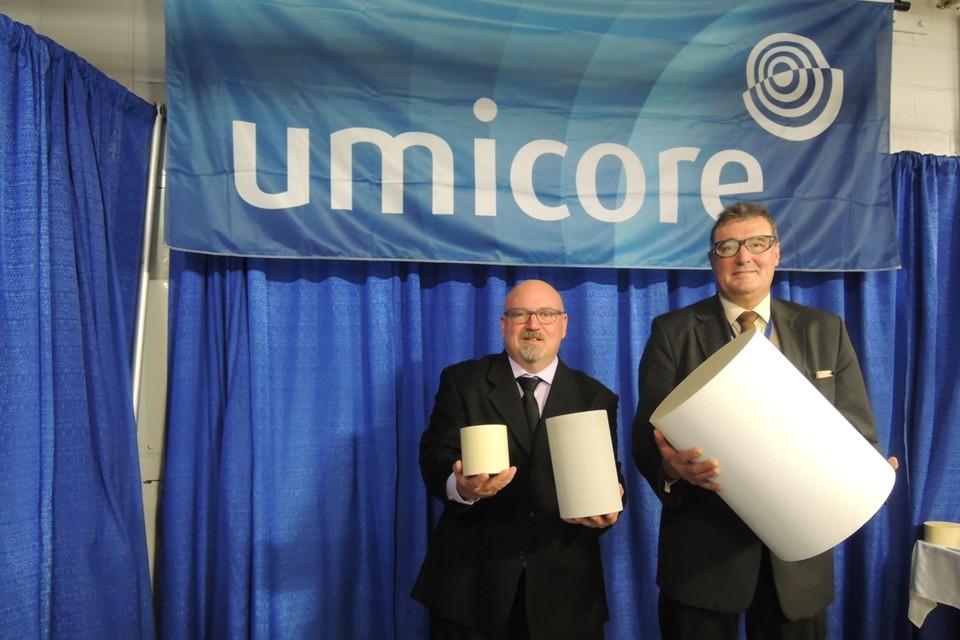 Scott Mitchell (links) en Egbert Lox (rechts) tonen de drie soorten katalysatoren die Umicore onder meer in Canada maakt. De kleine katalysator is voor een benzinewagen, de middelste voor een dieselauto en de grootste voor een vrachtwagen.