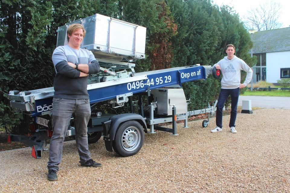 Nils De Weerdt (links) en Frederik Peeters bij de ladderlift van Oep en Af.