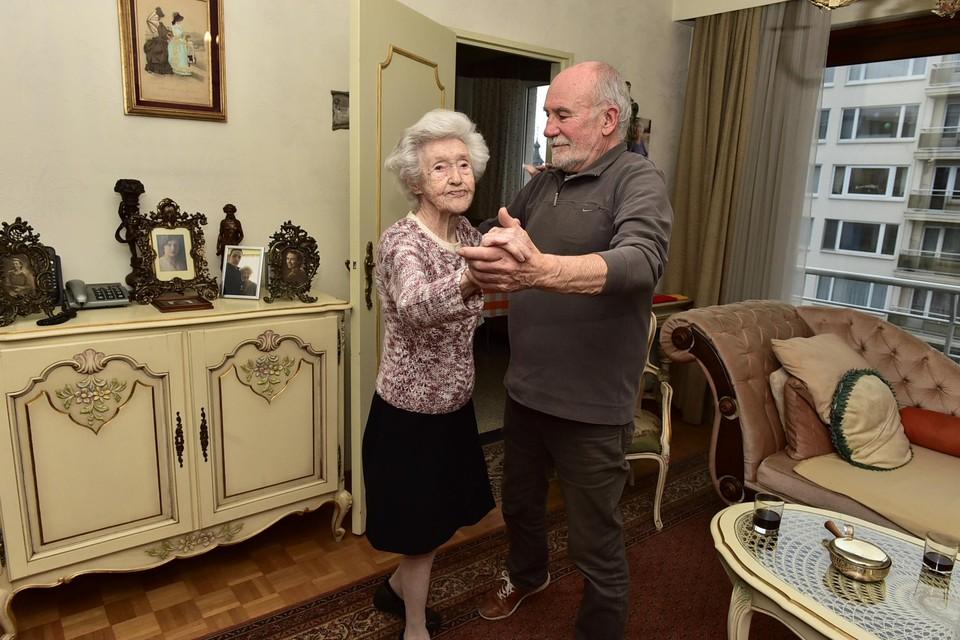 Dansen heeft Tinneke altijd graag gedaan. Zoals hier met haar enige zoon Hugo.