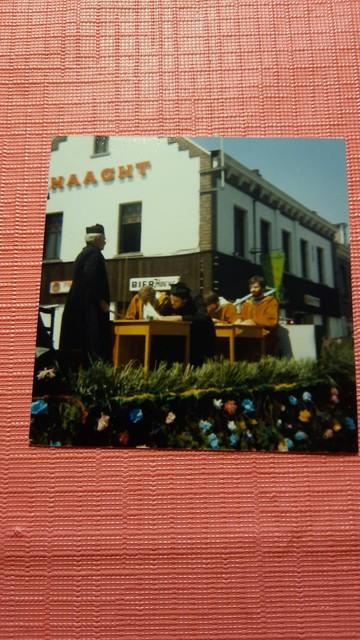 Foto uit de oude doos: na de processie was het feest in en voor de Bierhoeve.