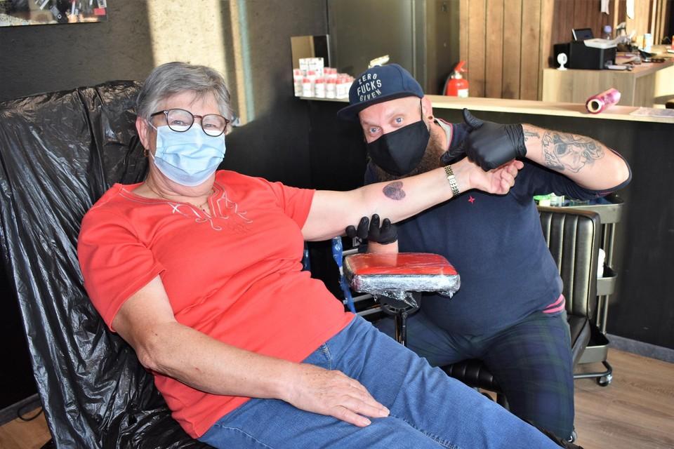 Zowel klant Annie als tattooartiest Tom waren erg te spreken over het resultaat.