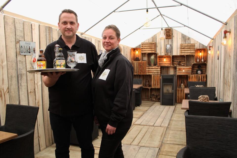 Hussin Verhaegen en Sabine Mertens op hun gezellig, overdekt terras. Dat mag voorlopig nog niet open.