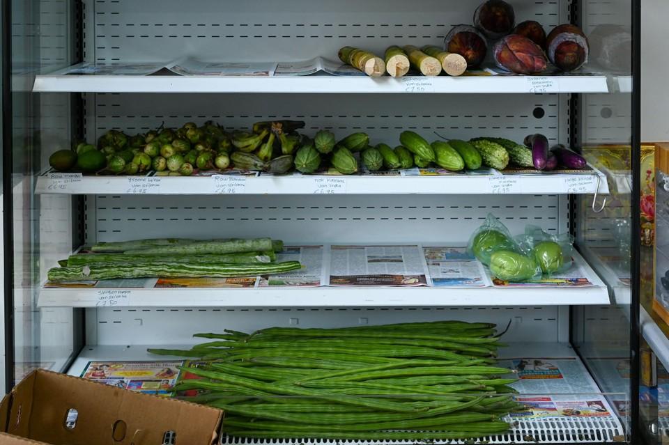 Suikerstokken, bananenbloemen en aubergines in Euro Asians