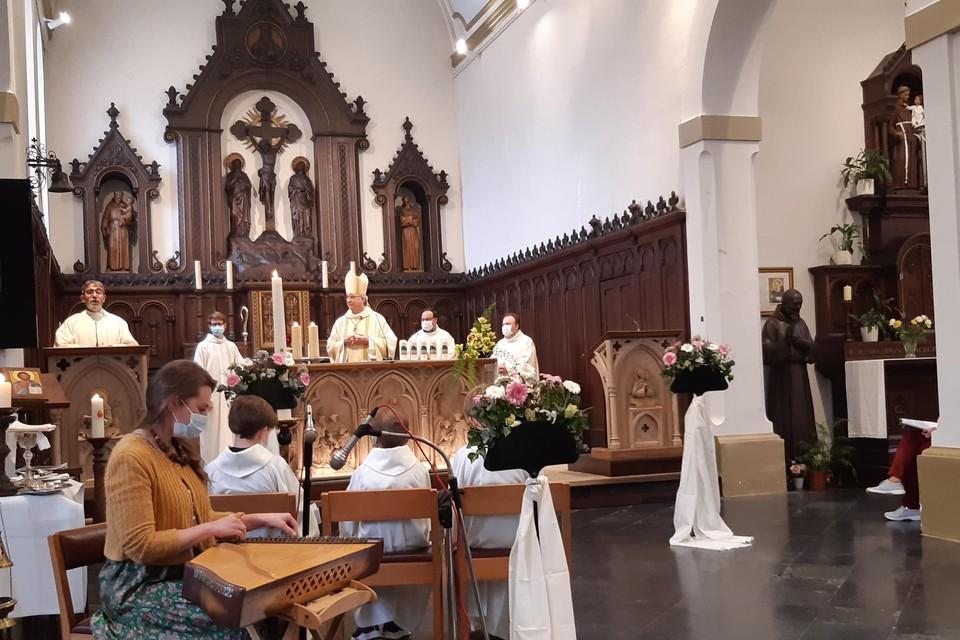 Vanwege stormweer vond de viering niet bij de Lourdesgrot, maar in de Heiige-Drievuldigheidskerk in Meersel-Dreef plaats.