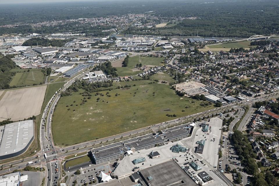 Een luchtfoto van de fortvlakte, met onderaan het Wijnegem Shopping Center.