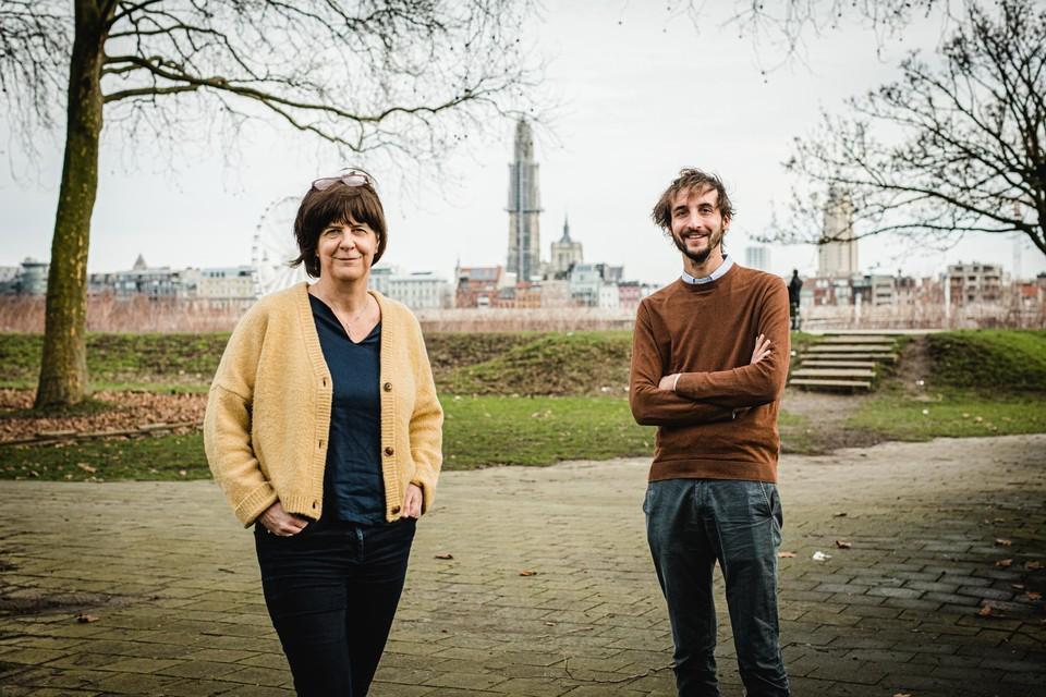 Kris Vanmarsenille en Frederik De Swaef bij de skyline van Antwerpen.