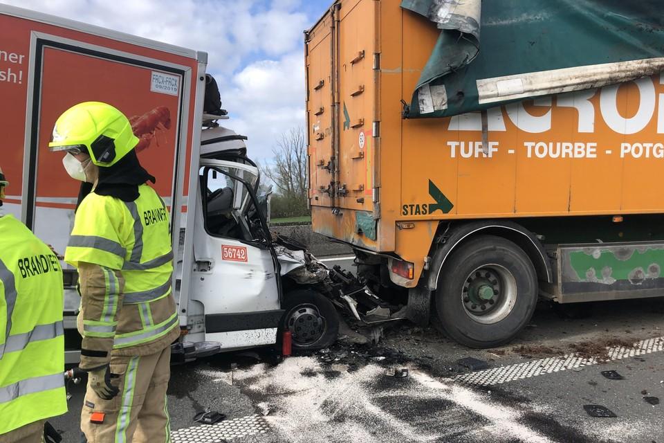 De bestuurder werd in kritieke toestand uit zijn lichte vrachtwagen gehaald.