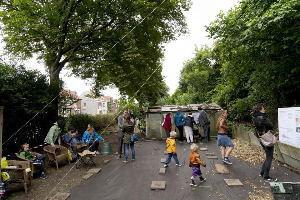 Buurtbewoners op de spoorwegberm van de Saffierstraat in 2018.