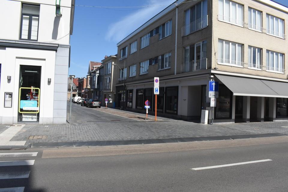 De klinkers van het kruispunt Laar-Boerenkrijgstraat worden vanaf maandag hersteld.