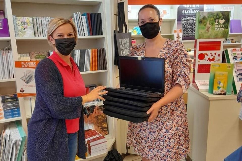Evi Vissers van De VoorZorg overhandigt laptops aan Inge Jansen van De Frakstok.