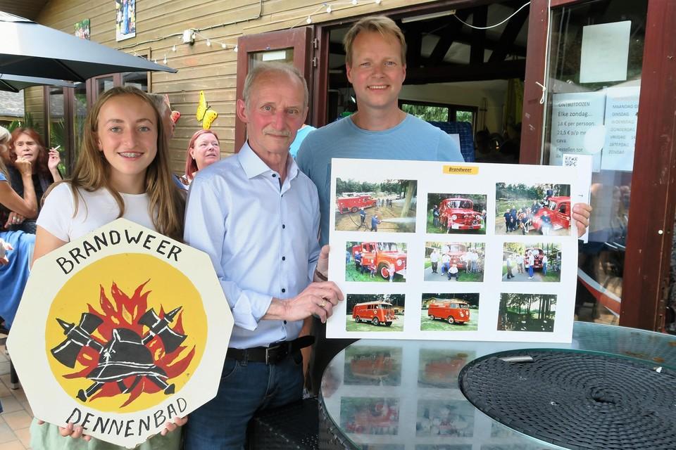 Oud-commandant van de brandweer van Dennenbad en tentoonstellingsbouwer Bob Van Hoye met kleindochter Indra Van Put en Wim De Flo, voorzitters van de overkoepelende vereniging.