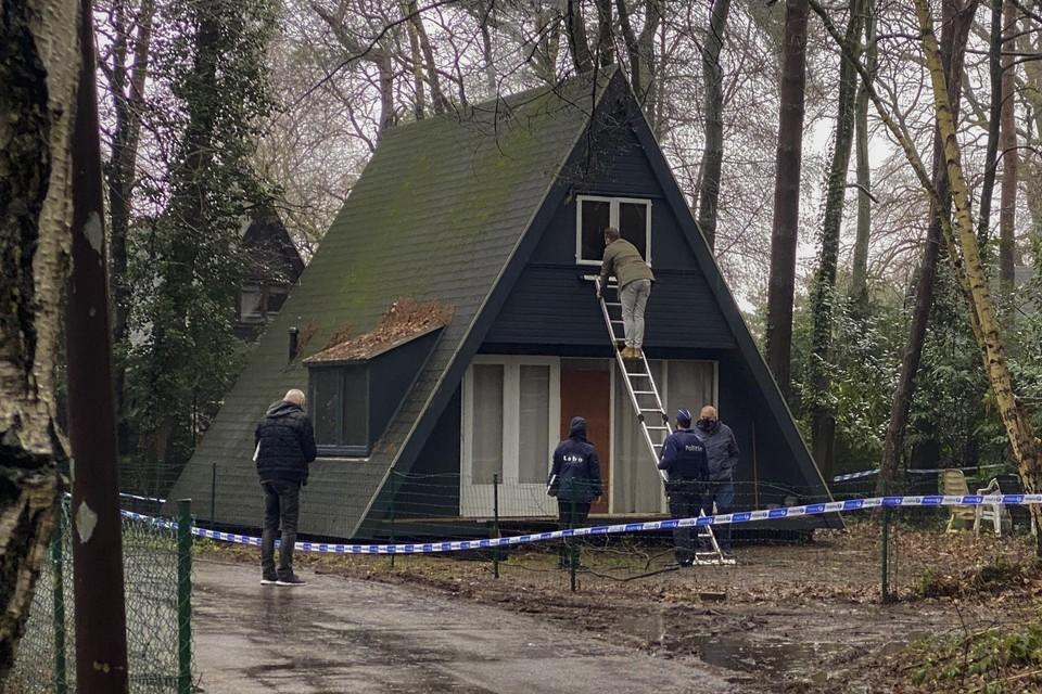 De politie trof de lichamen van de moeder en de zoon aan in de slaapkamer van de chalet.