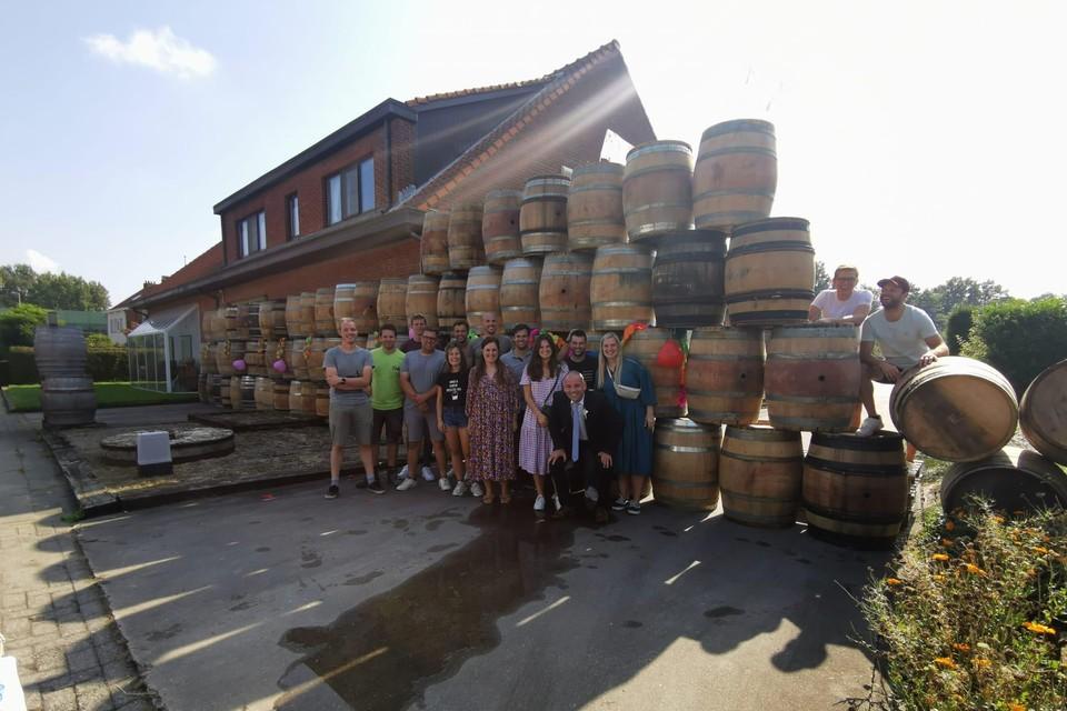 De vrienden plaatsten de vaten voor de woning.
