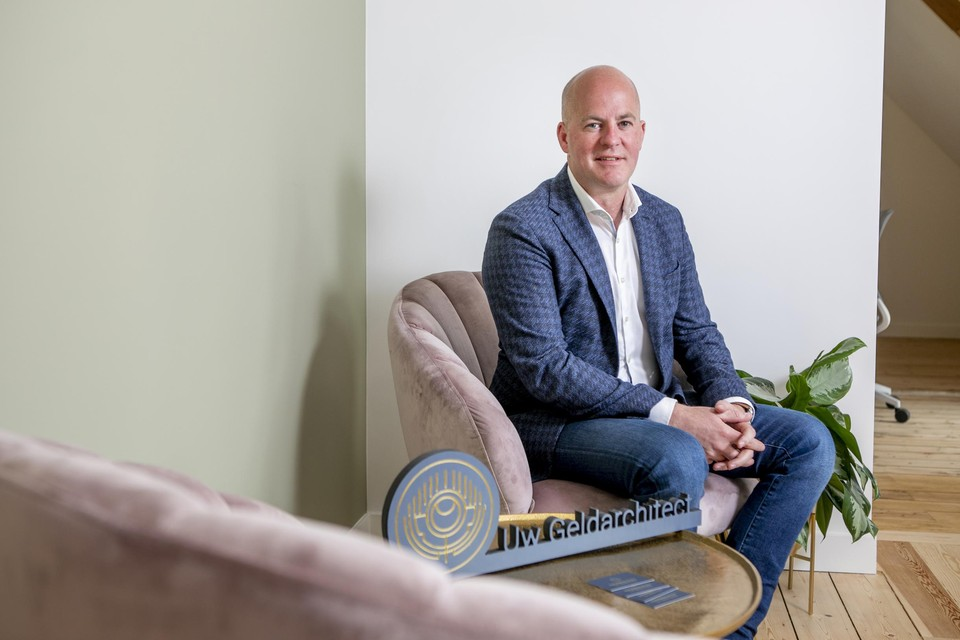 Tom Horemans gebruikt zijn ervaring als filiaalhouder van een bank nu als 'geldarchitect'.