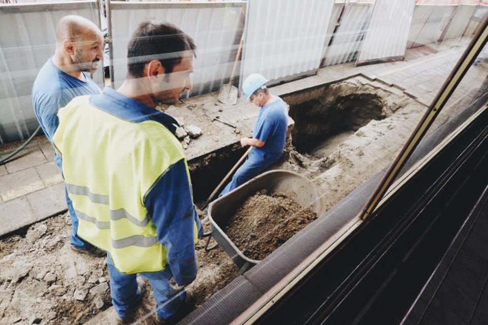 Door de grondverzakking is een put van ongeveer twee meter diep ontstaan. De plek is afgezet.