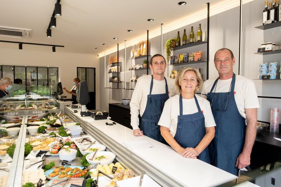 De hele familie achter de nieuwe toonbank: zoon Max (links) achter Carla en Peter Leyn.
