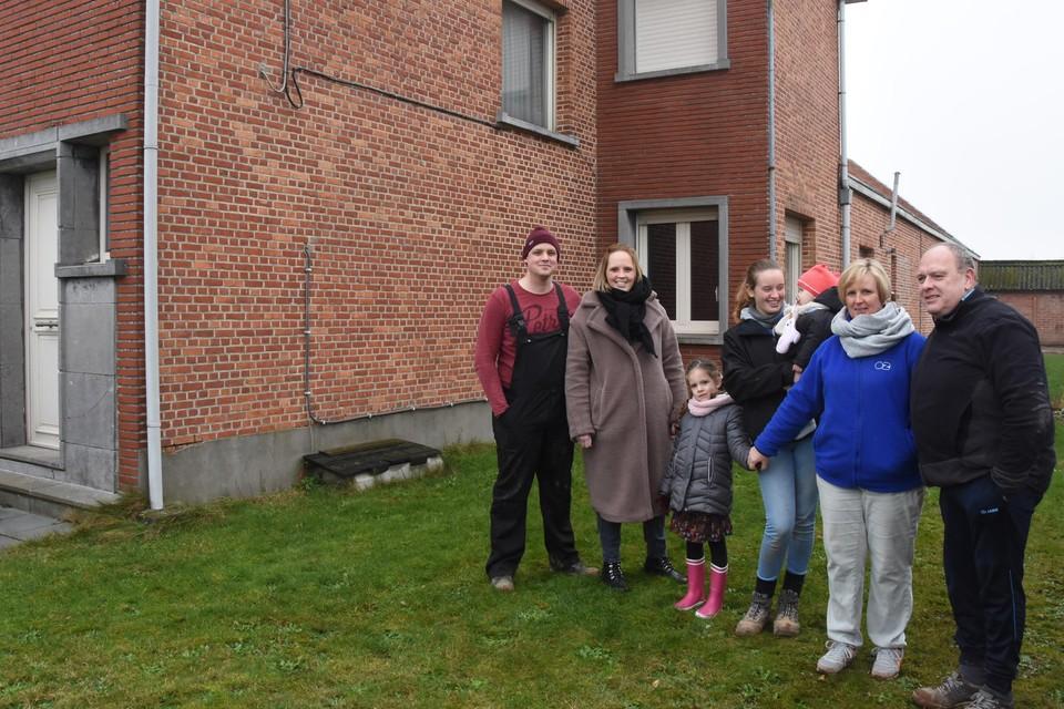De zeven bewoners van het cohousingproject: Jonathan, Steffi, Enora, Kyna met Sia op de arm en Daphne en Rudi.