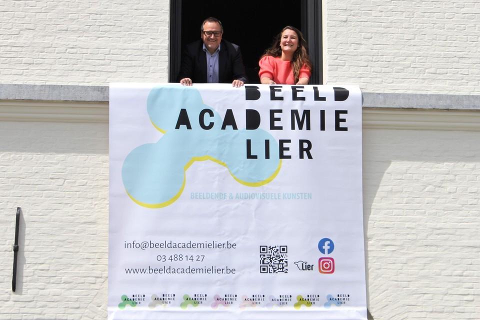 Schepen van Cultuur Ivo Andries en directeur Liesbet Van Huysse onthullen de nieuwe naam van de SASK.