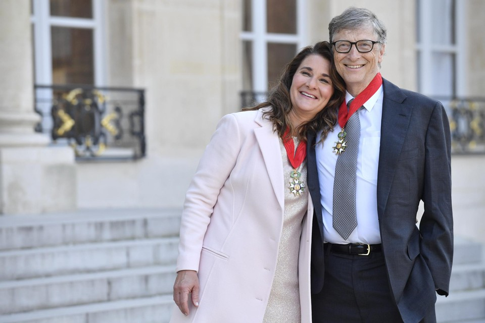 Bill en Melinda Gates in 2017 op de trappen van het Elysée in Parijs, nadat ze het Légion d'Honneur hadden ontvangen uit de handen van president Hollande.