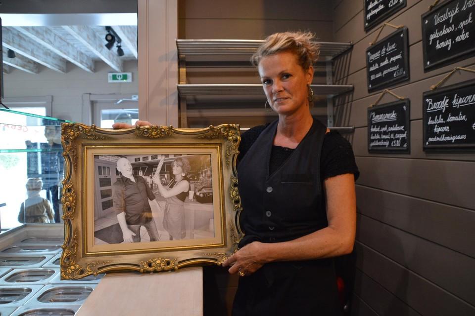 Sandy met een ingelijste foto van Ron en haar in 't Gebakken Broodje.