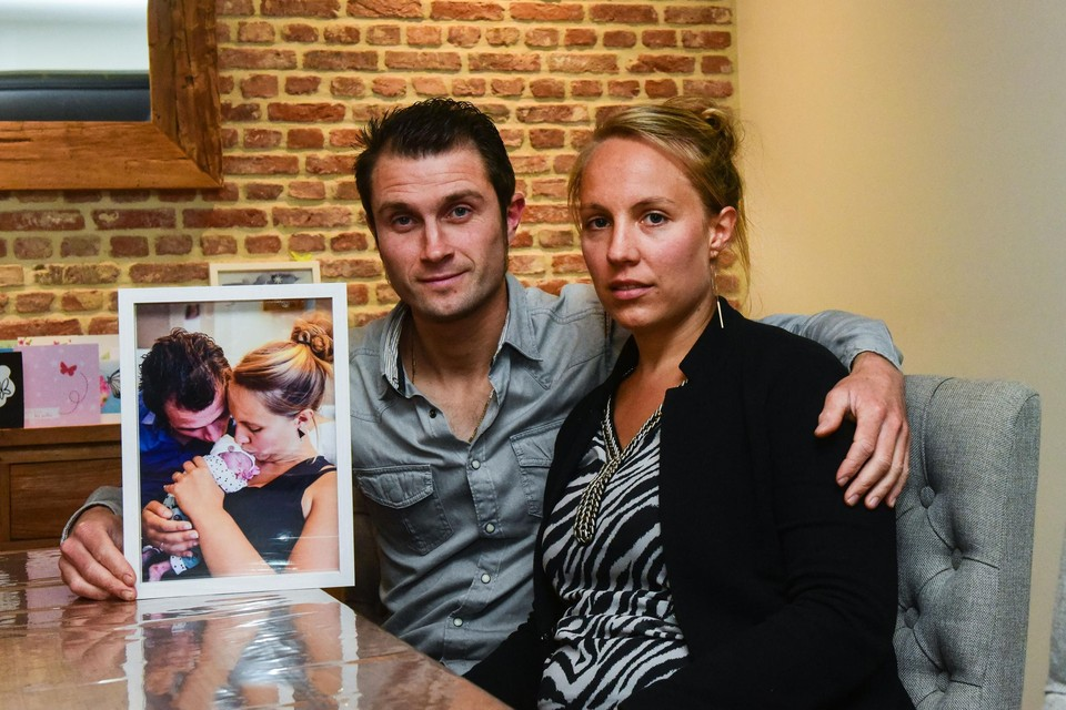 Niels De Meyer en Sara De Schutter met een van de foto's die Boven de Wolken maakte in de kraamkliniek.
